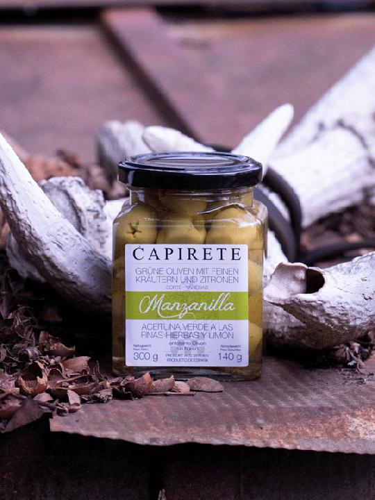 Grüne Oliven mit feinen Kräutern und Zitronen